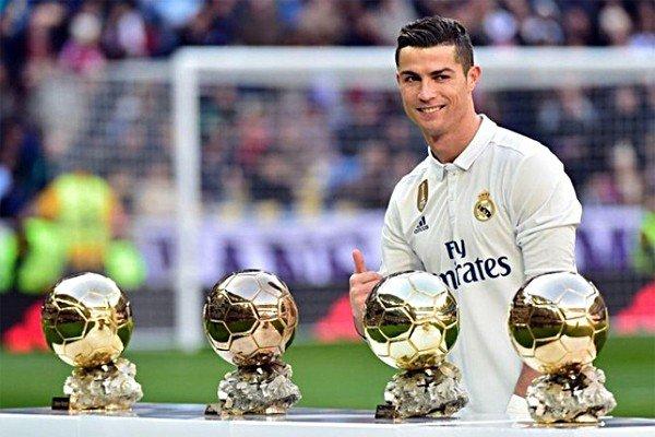 Криштиану Роналду с золотыми мячами