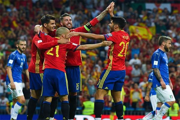 Сборная Испании по футболу празднует гол