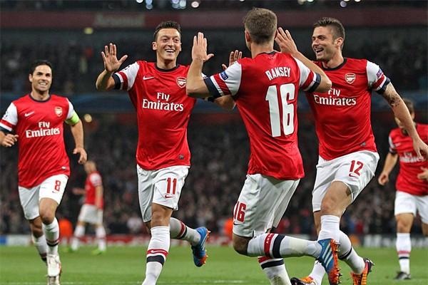 Футболисты лондонского Арсенала празднуют