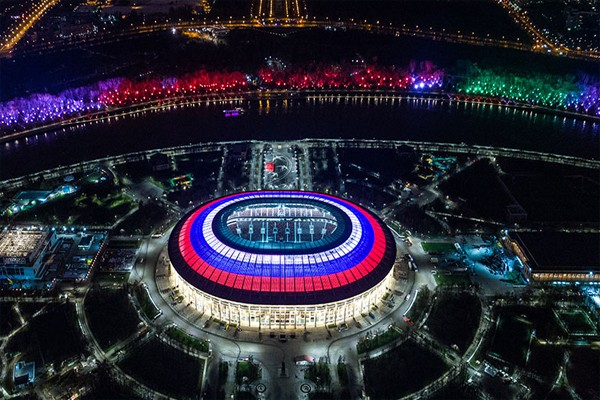 Лужники ночью светится флаг россии