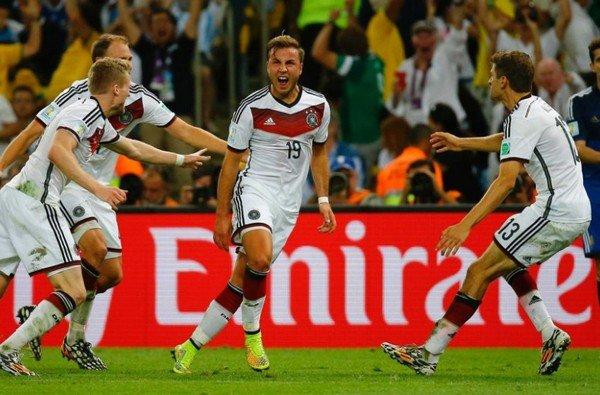 Германия празднует гол Гётце