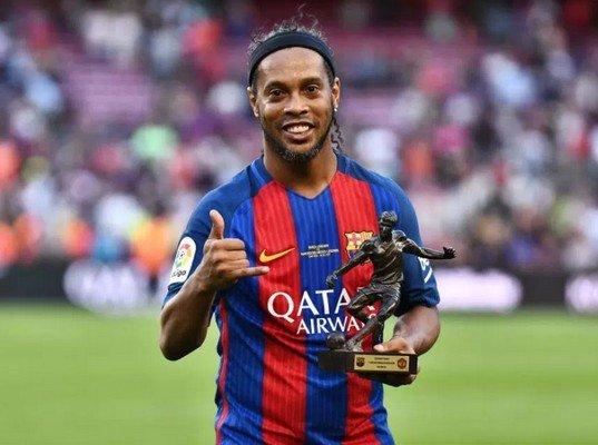 Роналдиньо с трофеем