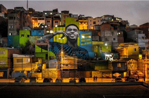 Портрет Жезуса на домах города Сан-Паулу