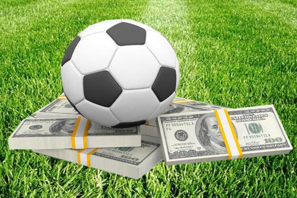 деньги, футбольный мяч и трава