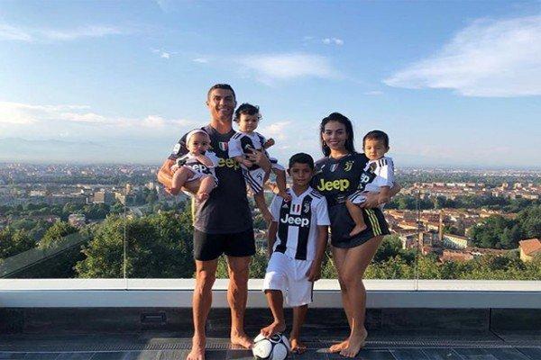 Роналду с семьёй в новом доме