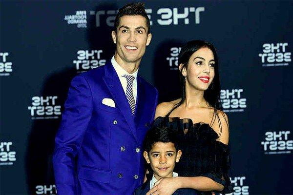 Роналду с сыном и девушкой