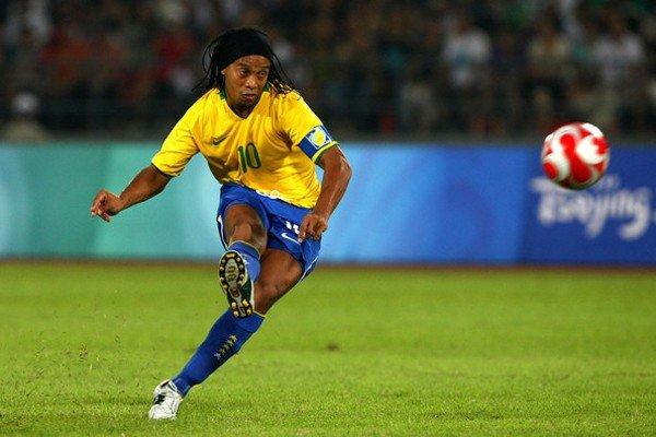 Роналдиньо бьёт по мячу