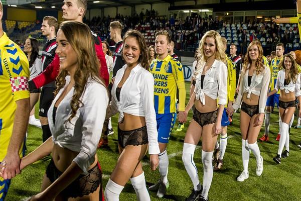 футболисты вышли на поле с девушками в нижнем белье