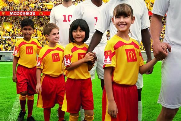 дети на поле с футболистами