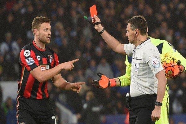 судья показывает футболисты красную карточку