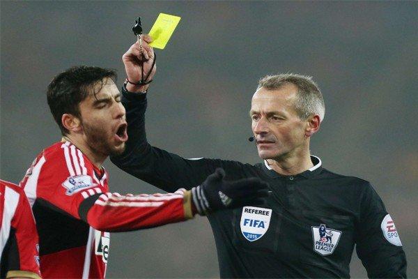 судья показывает игроку жёлтую карточку