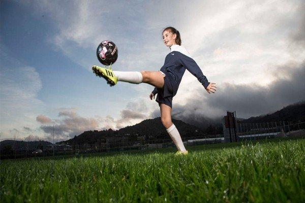 Девочка набивает мяч