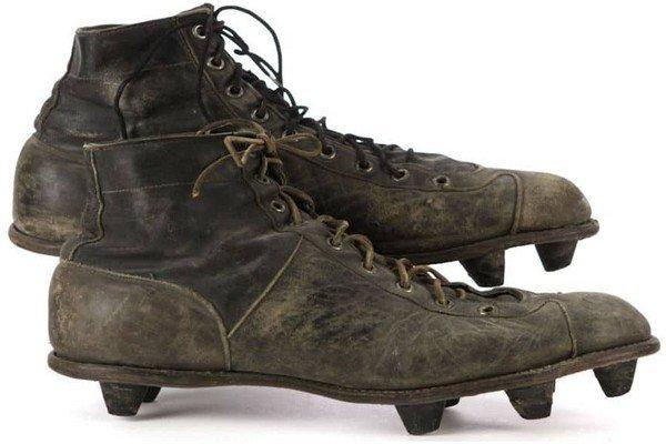 Первые футбольные бутсы