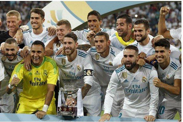 футболисты Реала с Суперкубком Испании